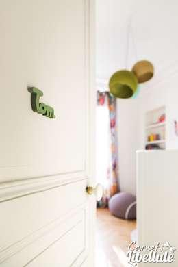 Chambre garçon porte: Chambre d'enfant de style de style Moderne par Carnets Libellule