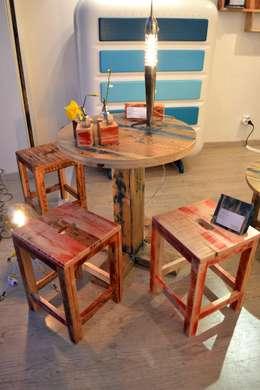Table haute et tabourets: Salle à manger de style de style Moderne par Paul H - Artéfacts