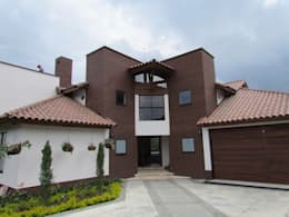 Fachada: Casas de estilo moderno por Arquitectura Madrigal