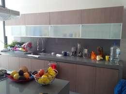 Cozinhas modernas por L+arq Architecture Design Studio