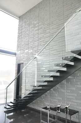 Projekty,  Korytarz, przedpokój i schody zaprojektowane przez Decoespacios
