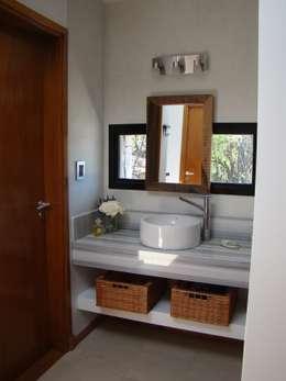 Port Ligat: Baños de estilo moderno por Estudio Monica Fiore