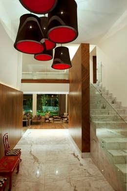 Casa LC: Pasillos y recibidores de estilo  por ARCO Arquitectura Contemporánea
