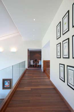 moderner Flur, Diele & Treppenhaus von ARCO Arquitectura Contemporánea