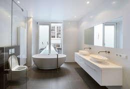 vanuit het bad uitzicht op de binnenhof ....: mediterrane Badkamer door Architectenbureau Vroom