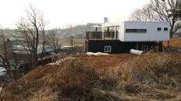 은퇴부부를 위해 지은 2층 컨테이너 카페주택: 신짱 칼라하우스의  주택