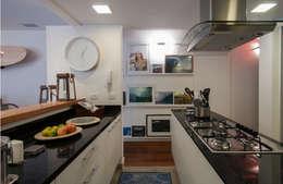 Cocinas de estilo moderno por Tato Bittencourt Arquitetos Associados