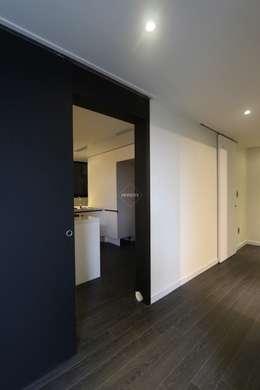 블랙&화이트의 모던한 39py 아파트인테리어: 홍예디자인의  주방