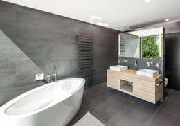 Haus H: moderne Badezimmer von ZHAC / Zweering Helmus Architektur+Consulting