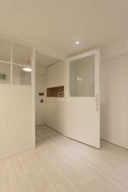 내추럴한 분위기의 34py 아파트 인테리어 : 홍예디자인의  복도 & 현관