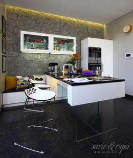 Projekty,  Kuchnia zaprojektowane przez Savio and Rupa Interior Concepts