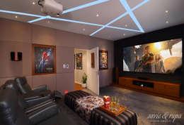 Sala multimedia de estilo  por Savio and Rupa Interior Concepts