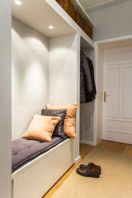 Vestíbulos, pasillos y escaleras de estilo  por CONSCIOUS DESIGN - INTERIORS