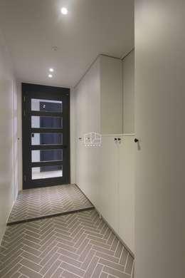 공간 활용도 높은 32py 모던 아파트인테리어: 홍예디자인의  복도 & 현관