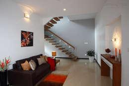 Salas / recibidores de estilo moderno por Savio and Rupa Interior Concepts