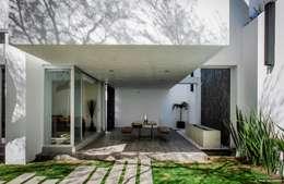casaMEZQUITE: Terrazas de estilo  por BAG arquitectura