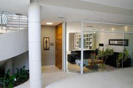 Pasillos y recibidores de estilo  por A/ZERO Arquitetura