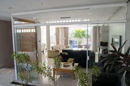 Salas / recibidores de estilo moderno por A/ZERO Arquitetura