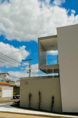 Projekty, nowoczesne Domy zaprojektowane przez A/ZERO Arquitetura