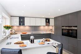 Mr & Mrs H, Kitchen, Byfleet Village, Surrey: modern Kitchen by Raycross Interiors