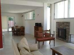 Salas de estar modernas por Arq Andrea Mei   - C O M E I -