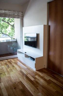 Placa para TV+ Guardado: Livings de estilo minimalista por MINBAI