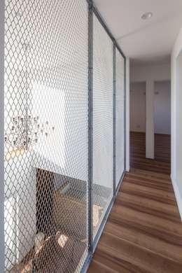 Corridor & hallway by LITTLE NEST WORKS