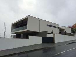 Projekty, minimalistyczne Domy zaprojektowane przez BLK-Porto Arquitectura