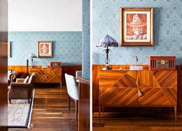 Sala: Salas de estar clássicas por INÁ Arquitetura
