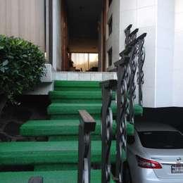 ENTRADA PRINCIPAL DE CASA HABITACIÓN: Casas de estilo moderno por Alejandra Zavala P.