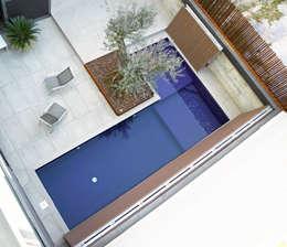 Piscinas de estilo moderno por Guillem Vergés