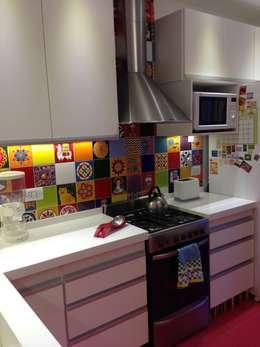 Cocinar en colores: Cocinas de estilo colonial por Arquitecta Fernanda Isola