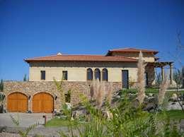 Vista Este: Casas de estilo mediterraneo por Azcona Vega Arquitectos