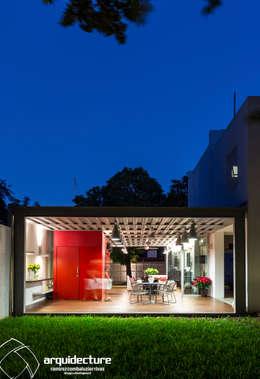 Casas de estilo industrial por Grupo Arquidecture