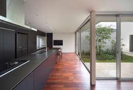 Terrace House: Atelier Squareが手掛けたキッチンです。