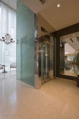 Pasillos y vestíbulos de estilo  por Chaney Architects
