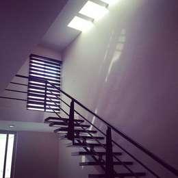 Casa Habitación #62: Pasillos y recibidores de estilo  por Grupo Arquitech