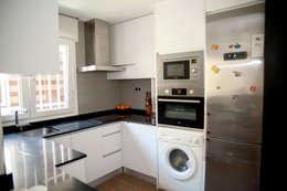 modern Kitchen by Arquigestiona Reformas S.L.