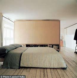 Transformation d'un atelier en appartement à Paris: Chambre de style de style Minimaliste par 111 architecture
