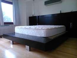 RESPALDAR + CAMA + BANQUETA: Dormitorios de estilo moderno por DRIS equipamiento