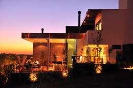 CASA UM QUINTA DO GOLFE: Casas modernas por STUDIO LUIZ VENEZIANO