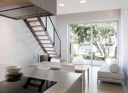 Sala de estar/cocina: Comedores de estilo minimalista de CABRÉ I DÍAZ ARQUITECTES
