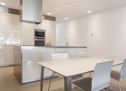 Cocina: Cocinas de estilo minimalista de CABRÉ I DÍAZ ARQUITECTES