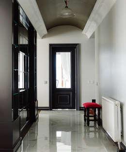 Pasillos y vestíbulos de estilo  por Bilgece Tasarım