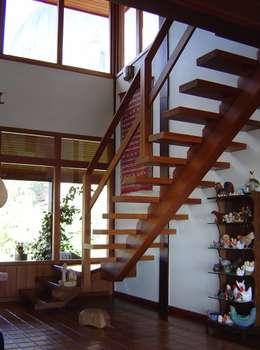 Projekty,  Salon zaprojektowane przez CARLOS EDUARDO DE LACERDA ARQUITETURA E PLANEJAMENTO LTDA.