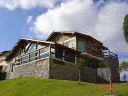 Casa NL: Casas campestres por CARLOS EDUARDO DE LACERDA ARQUITETURA E PLANEJAMENTO LTDA.