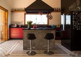 Cocinas de estilo industrial por Flavio Vila Nova Arquitetura