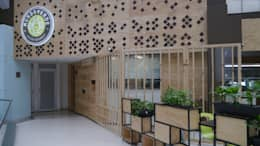 Oficinas y locales comerciales de estilo  por NI.MA. Productos en madera