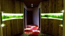 Mur végétal artificiel / stabilisé VERTICAL FLORE: Paysagisme d'intérieur de style  par Vertical Flore