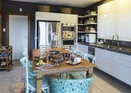 Casa Lagoa: Cozinhas ecléticas por Flavia Guglielmi Arquitetura
